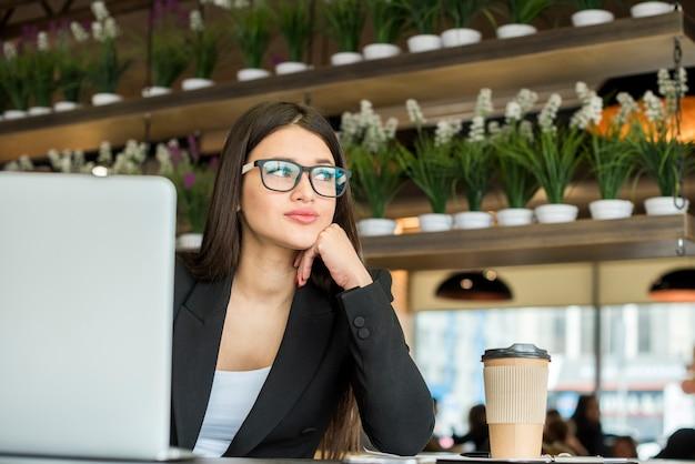 Pensiero della donna di affari del brunette Foto Gratuite