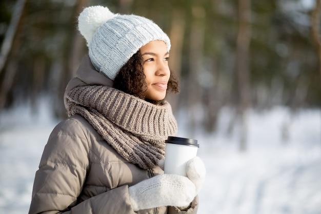 Pensive donna africana camminare sulla foresta invernale Foto Gratuite