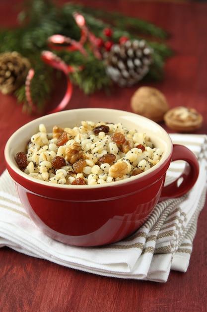 Pentola con kutia - dolce pasto natalizio tradizionale in ucraina, bielorussia e polonia Foto Premium