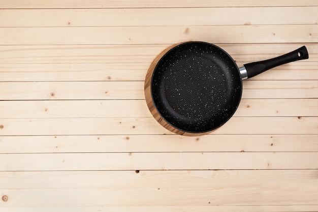 Pentola in ghisa sul tavolo di legno. vista dall'alto Foto Premium