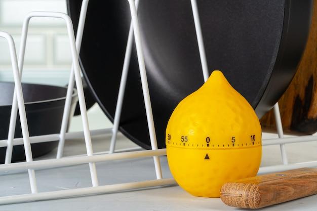 Pentole pulite e asciutte su un bancone della cucina Foto Premium