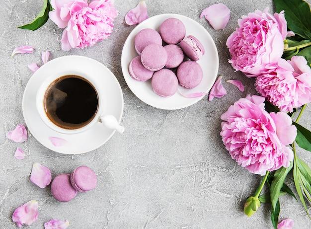 Peonia rosa con caffè e macarons Foto Premium