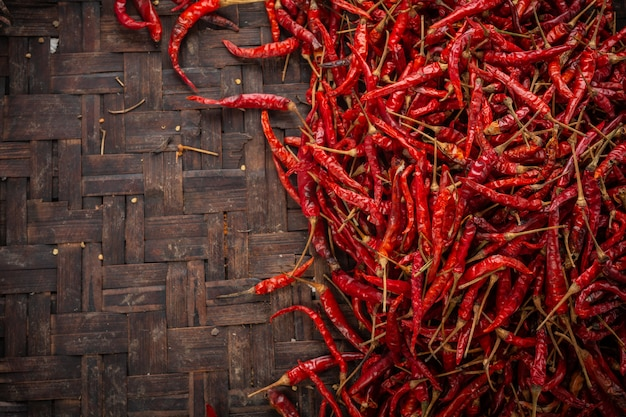 Peperoncini rossi essiccati posizionati nello spazio sulla trama. Foto Gratuite