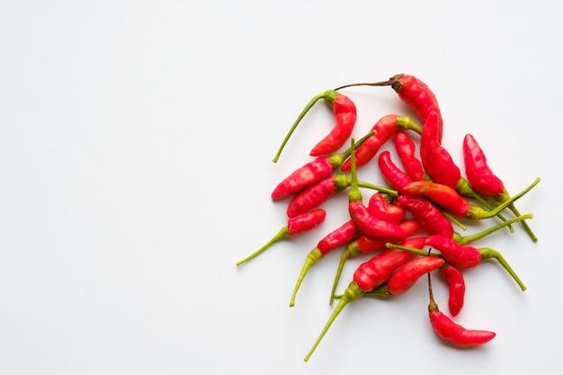 Peperoncini rossi su sfondo bianco con spazio di copia Foto Premium