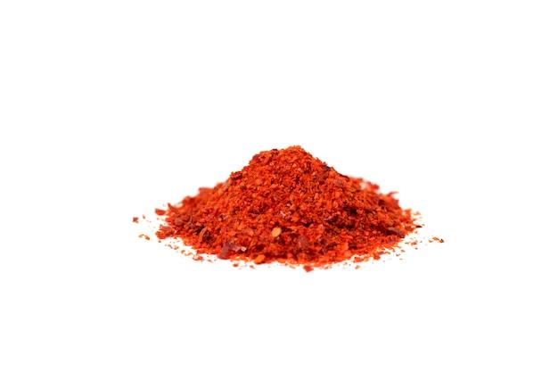 Peperoncino a terra rosso isolato su fondo bianco Foto Premium