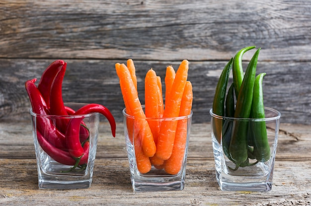Peperoncino e carote in vetro. cibo salutare Foto Premium