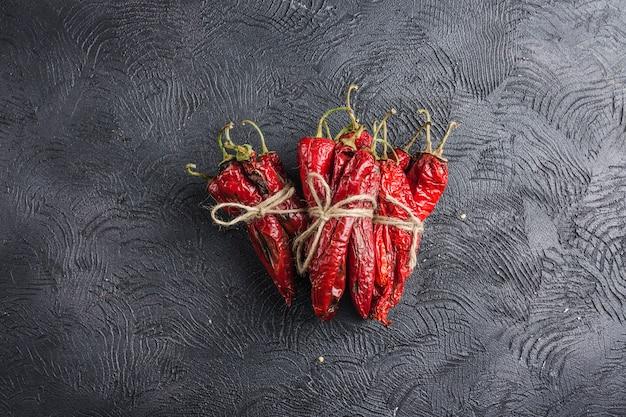 Peperoncino piccante su uno sfondo scuro Foto Premium