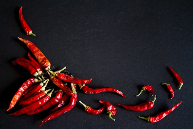 Peperoncino rosso su sfondo nero Foto Premium