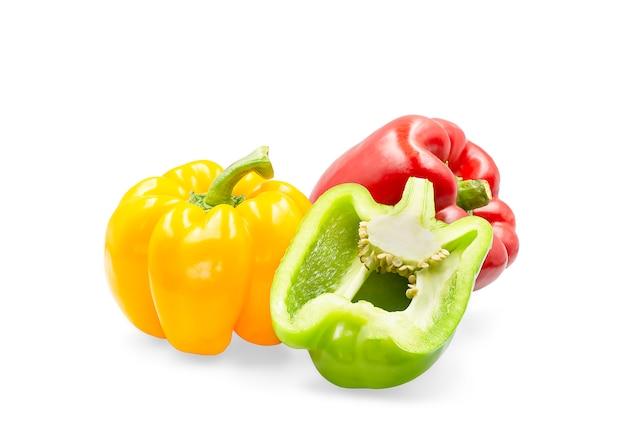 Peperone dolce dolce di tre colori su bianco isolato con il percorso di ritaglio. Foto Premium