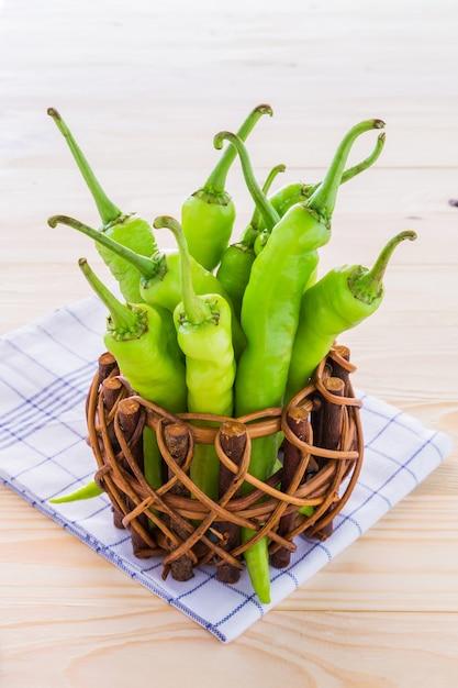 Peperone verde in una piccola pentola. Foto Premium