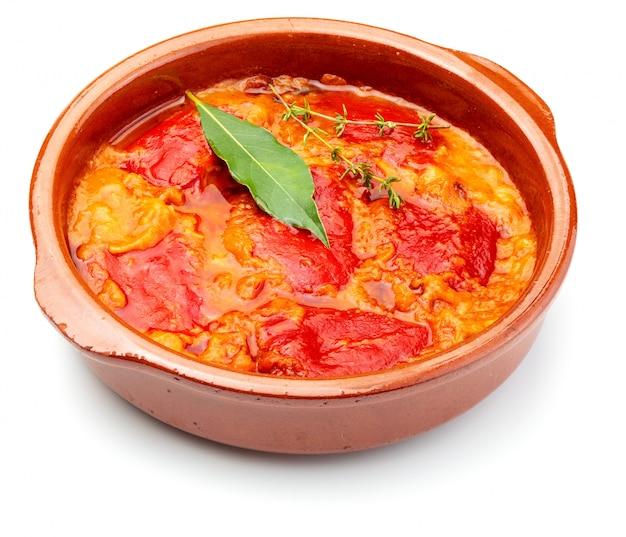 Peperoni (del piquillo) ripieni di carne o pesce. peperoni arrostiti e ripieni fatti in casa. isolato Foto Premium