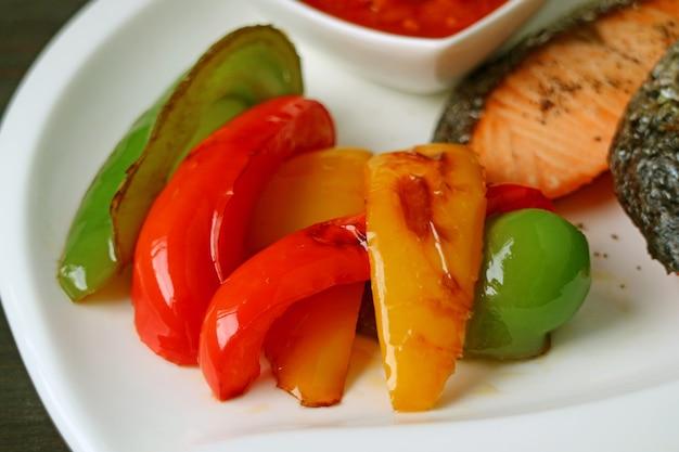 Peperoni dolci variopinti arrostiti saporiti e sani per il contorno della bistecca di color salmone Foto Premium