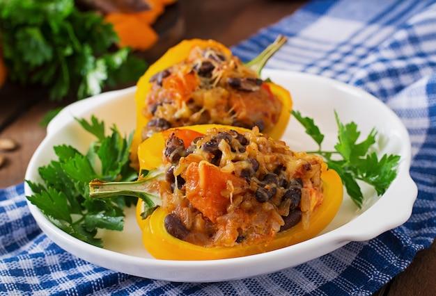 Peperoni ripieni con riso, fagioli e zucca in stile messicano Foto Premium