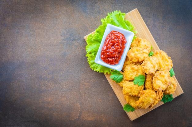 Pepita di chiamata della carne di pollo fritta nel grasso bollente Foto Gratuite