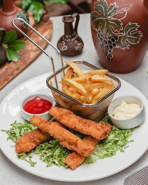 Pepite croccanti con patatine fritte Foto Gratuite