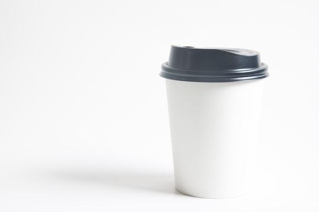 Per andare tazza di bevanda calda mock up per il marchio su sfondo bianco Foto Premium