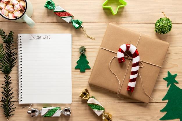 Per fare la lista mock-up con decorazioni natalizie Foto Gratuite