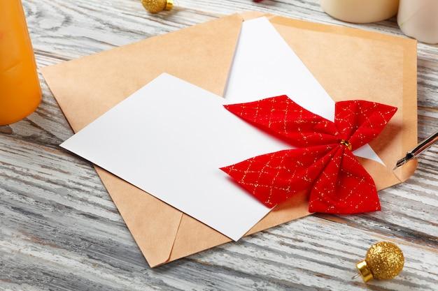 Per fare la lista per il nuovo anno, concetto di natale scrivendo su fondo di legno Foto Premium