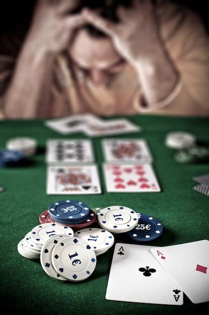 Perdere giocatore al tavolo da poker Foto Premium