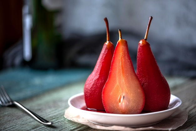 Pere bollite in spezie e vino. cibo festivo. sfondo sfocato Foto Premium