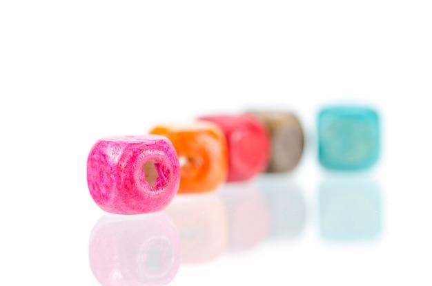 Perle di legno colorate isolate Foto Premium