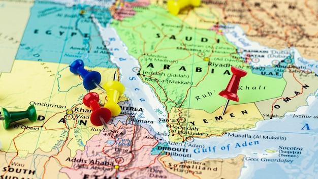 Perno rosso posto sulla mappa dello yemen Foto Premium