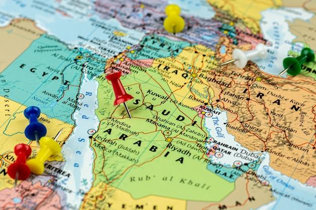 Perno rosso posto sulla mappa di arabia saudita e iran. viaggio e destinazione. Foto Premium