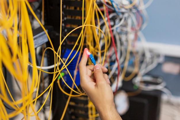 Persona che mostra una fibra ottica Foto Gratuite