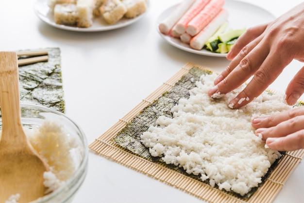 Persona che organizza lo strato di riso Foto Gratuite