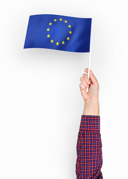 Persona che sventola la bandiera dell'unione europea Foto Gratuite