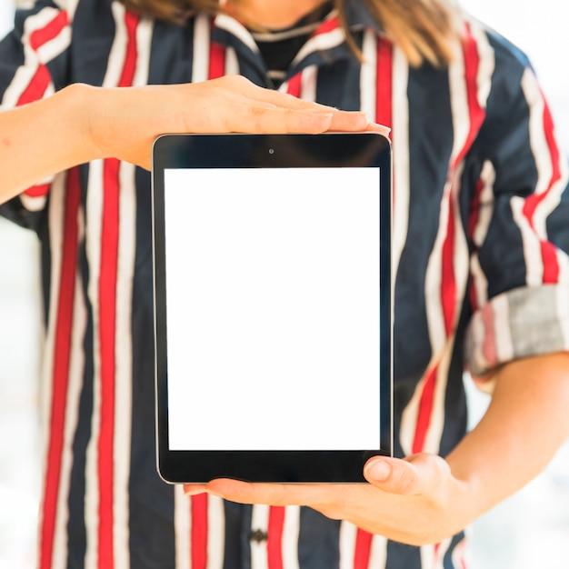 Persona che tiene compressa con schermo vuoto Foto Gratuite