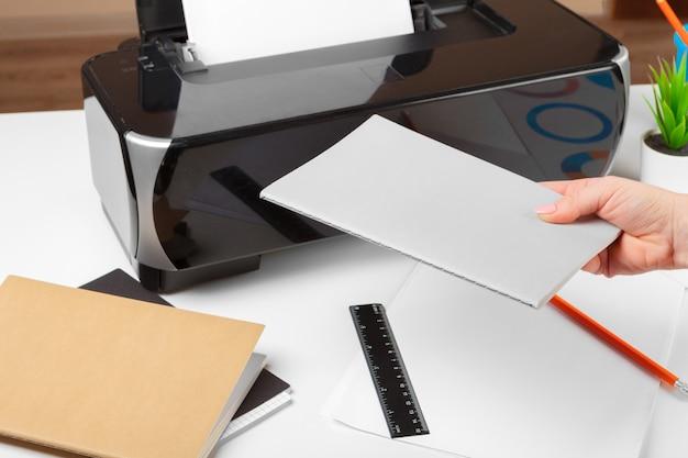 Persona che utilizza la stampante per acquisire e stampare documenti Foto Premium