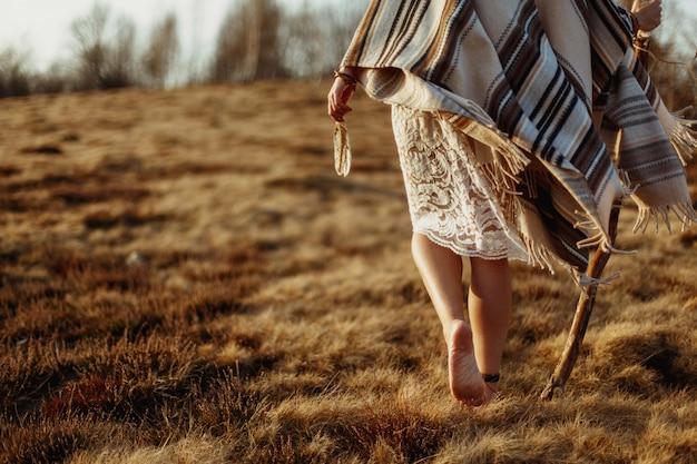 Persona con il tessuto che copre il suo corpo a piedi Foto Premium