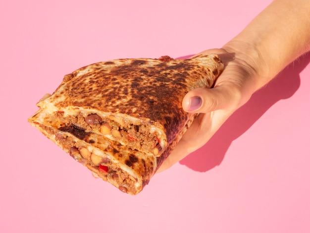 Persona del primo piano che tiene alimento messicano delizioso Foto Gratuite