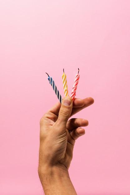 Persona in possesso di candele di compleanno Foto Gratuite