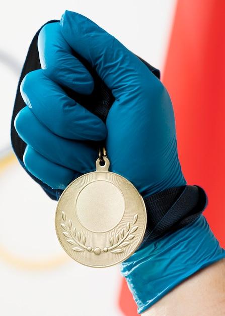 Persona in possesso di un primo piano medaglia Foto Gratuite