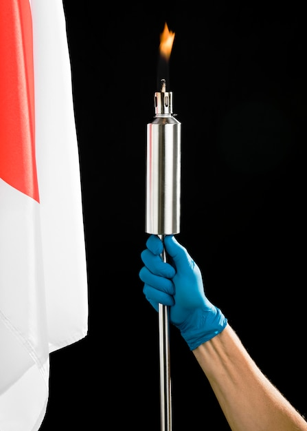 Persona in possesso di una torcia di metallo Foto Gratuite