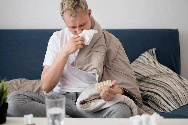 Persona malata con naso che cola Foto Gratuite