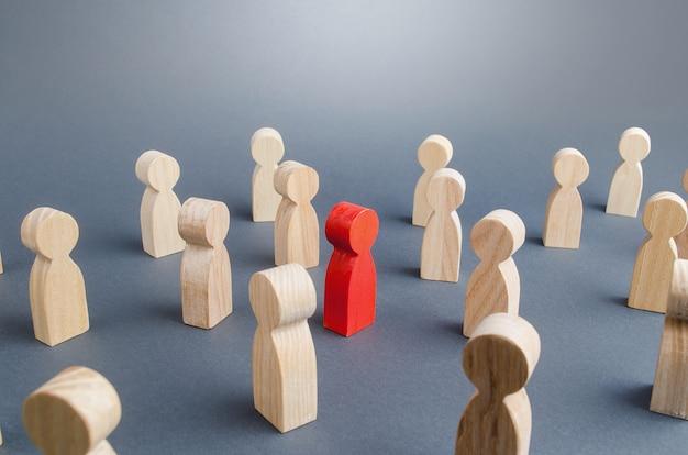 Persona rossa in mezzo alla folla. complessità / difficoltà nel determinare / definire la persona infetta Foto Premium