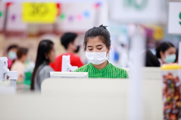 Personale del supermercato e clienti in maschera protettiva medica Foto Premium
