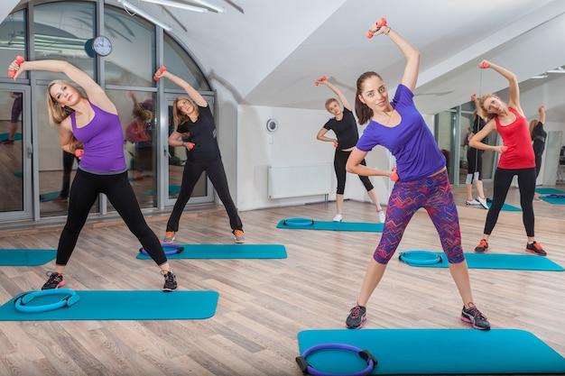 Persone a lezione di fitness in palestra Foto Gratuite