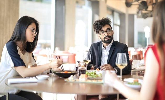 Persone che condividono il pranzo in un ristorante giapponese Foto Premium