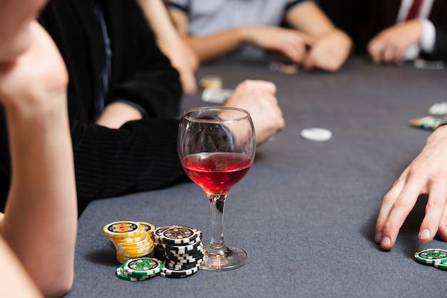Persone che giocano a poker Foto Premium