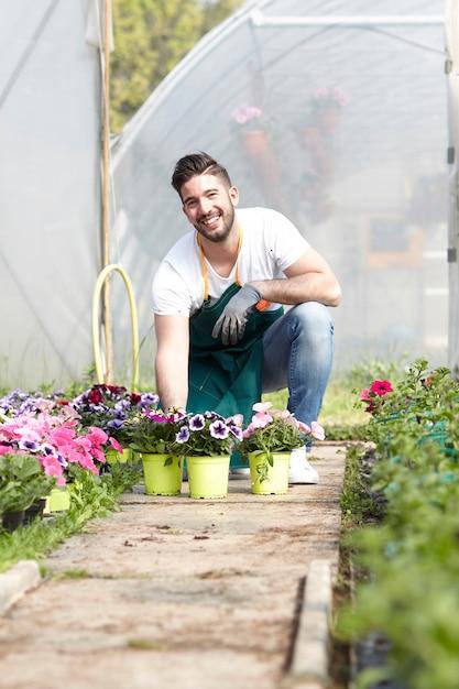 Persone che lavorano in un negozio di giardinaggio Foto Premium