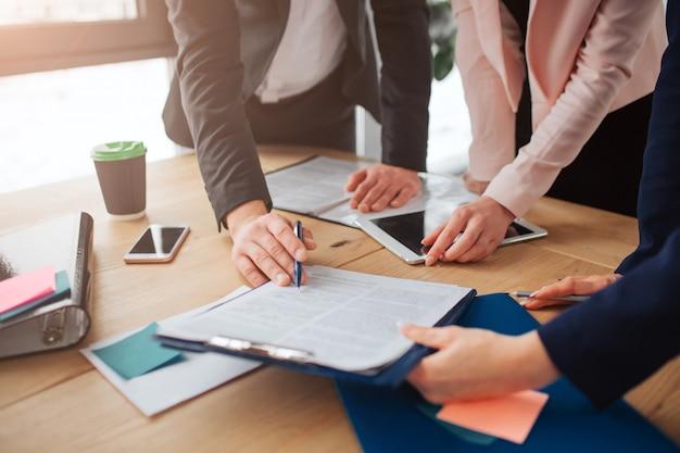 Persone che lavorano insieme al tavolo in sala Foto Premium