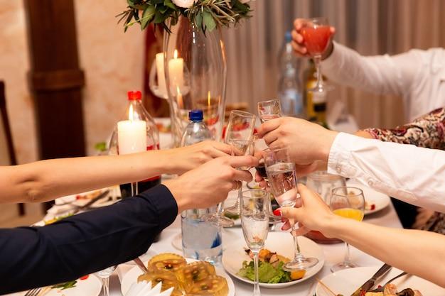 Persone che tostano bicchieri di champagne Foto Premium