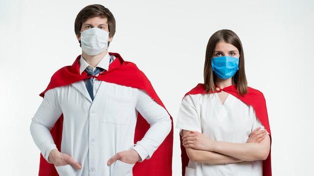 Persone di tiro medio con mantelle e maschere Foto Gratuite