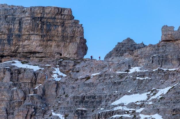 Persone escursioni nelle rocce delle alpi italiane Foto Gratuite
