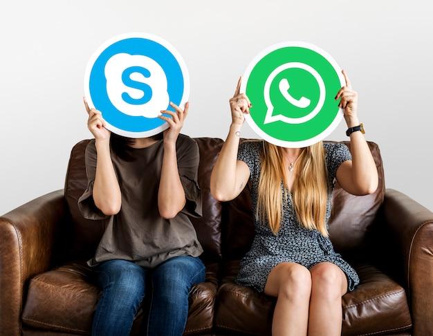 Persone in possesso di icone social media Foto Gratuite