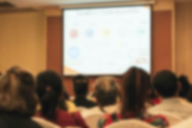 Persone in sala riunioni o conferenze offuscata per lo sfondo. Foto Premium
